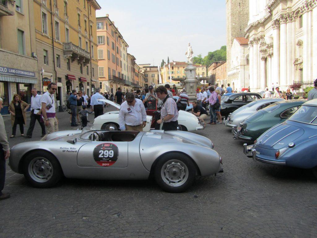 verschiedene Oldtimer bei der Mille Miglia auf der Piazza Paolo Sesto