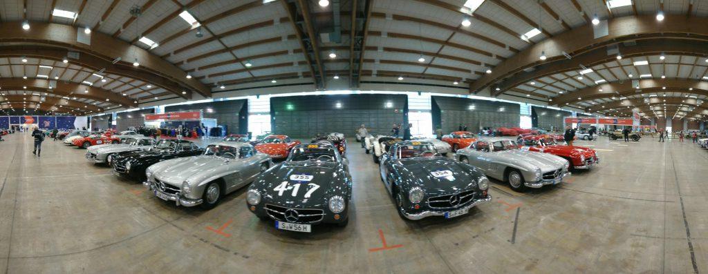 verschiedene Oldtimer bei der technischen Abnahme der Mille Miglia